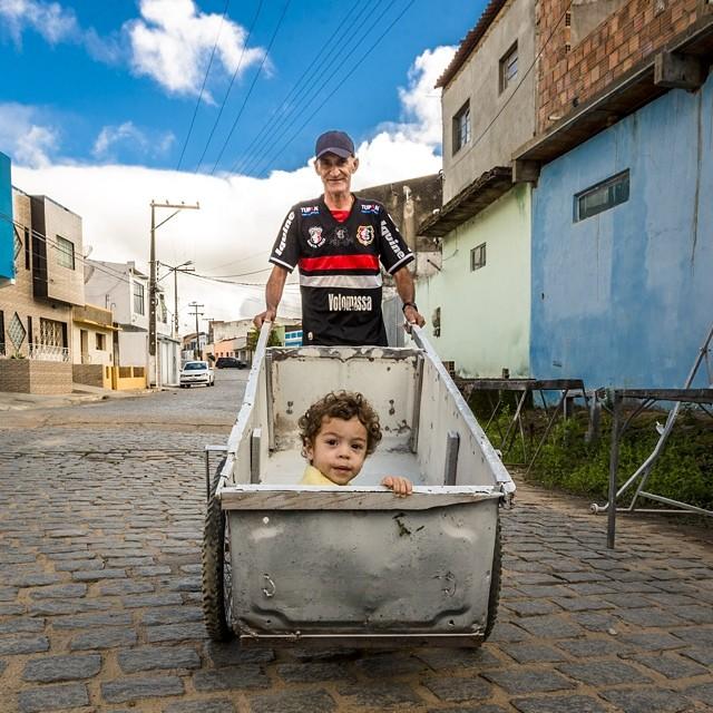 Opa mit Enkel in Brasilien