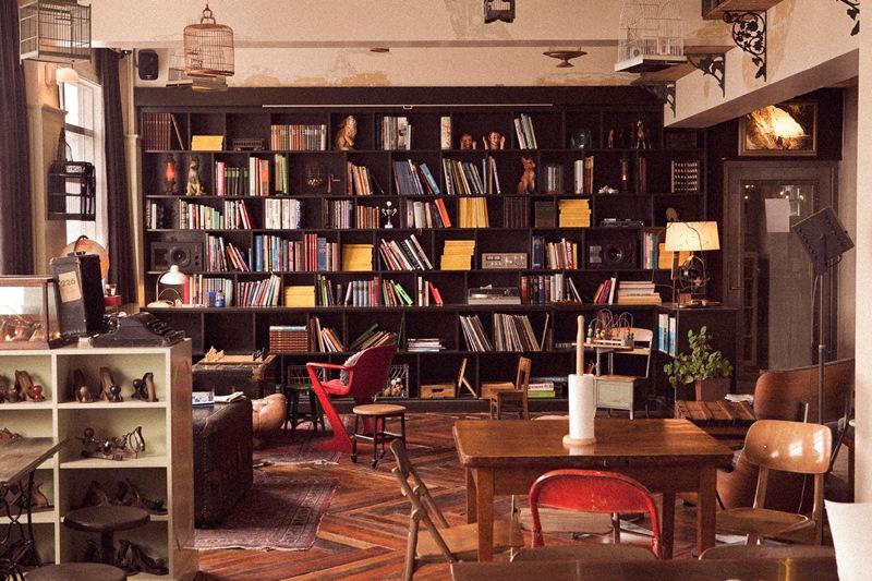 Bücherrei im Kex Hostel in Reykjavík