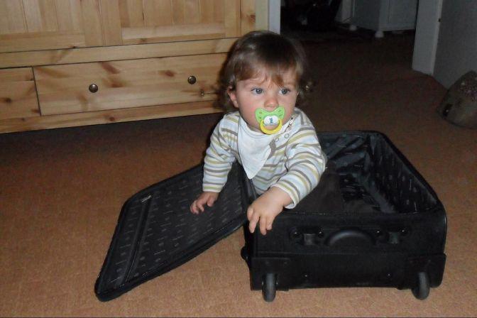 Kind packt Koffer