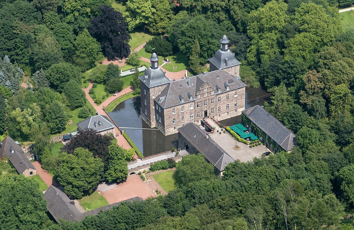 Luftbild vom Schloss Hugenpoet