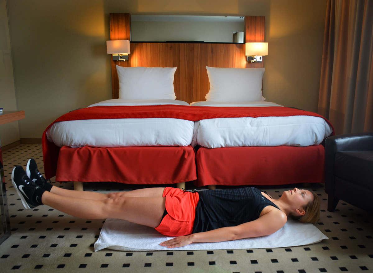 Bauchmuskel-Übung im Hotelzimmer