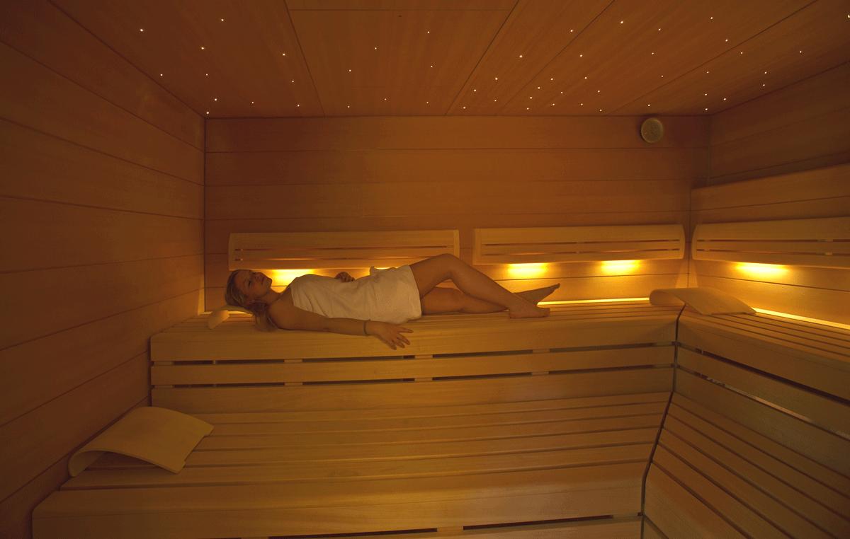 Frau in der Sauna vom Hotel Knoblauch.