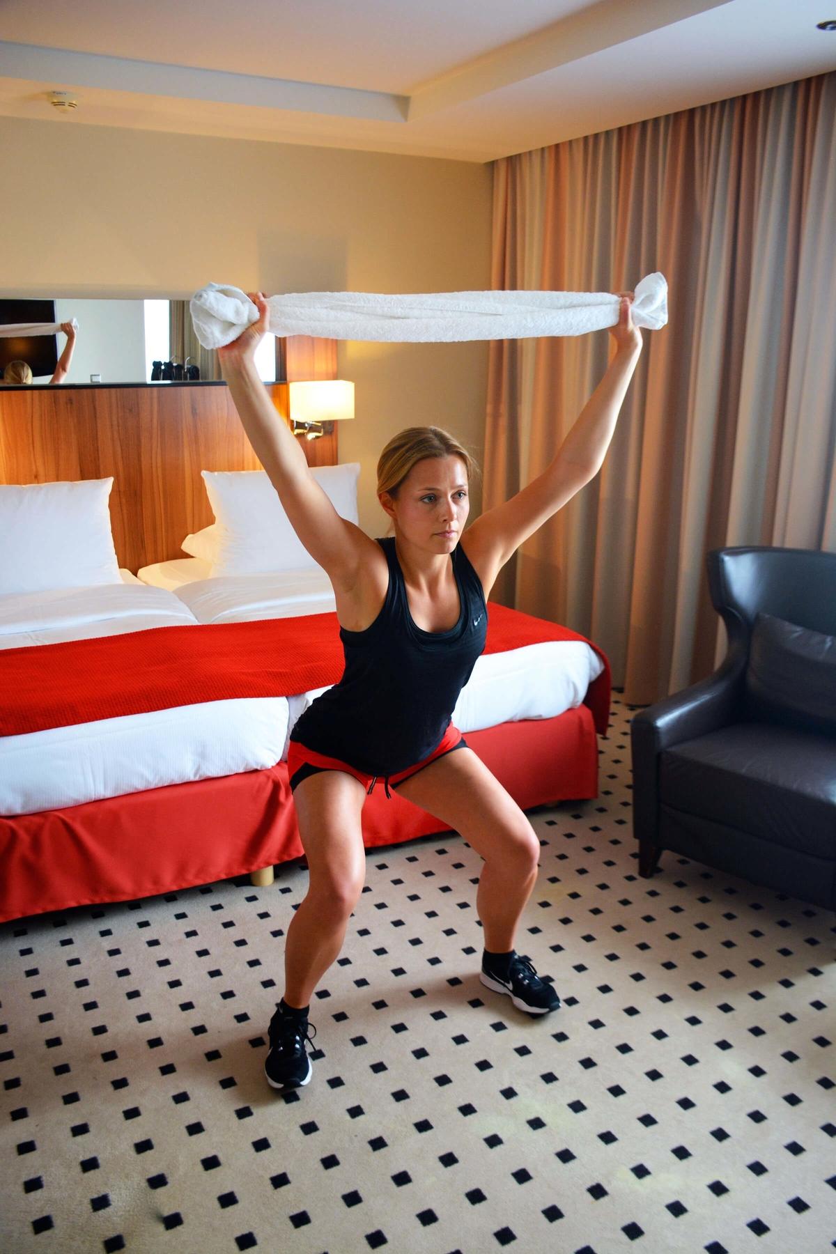 Julia macht Squats im Hotelzimmer