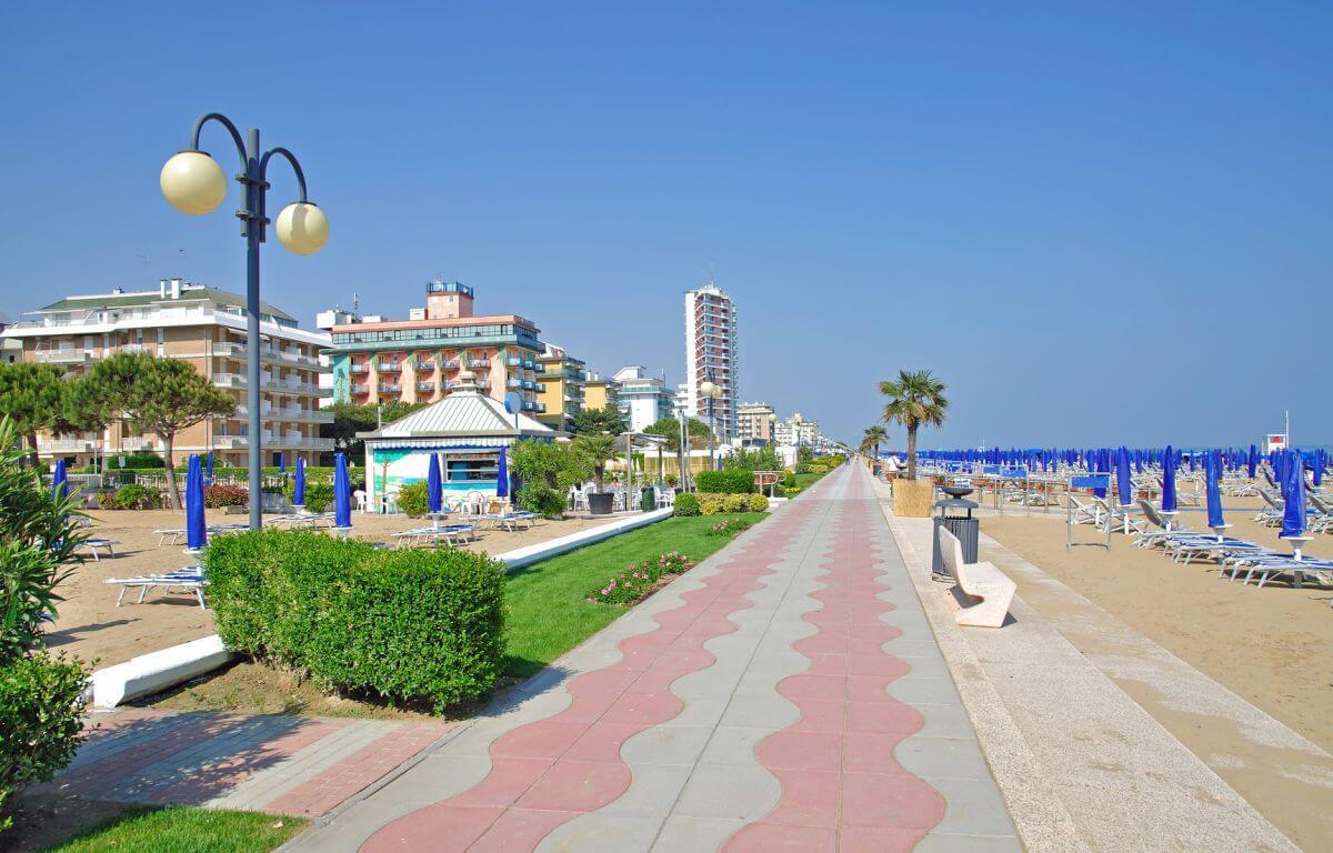 Strandpromenade von Lido di Jesolo in Italien