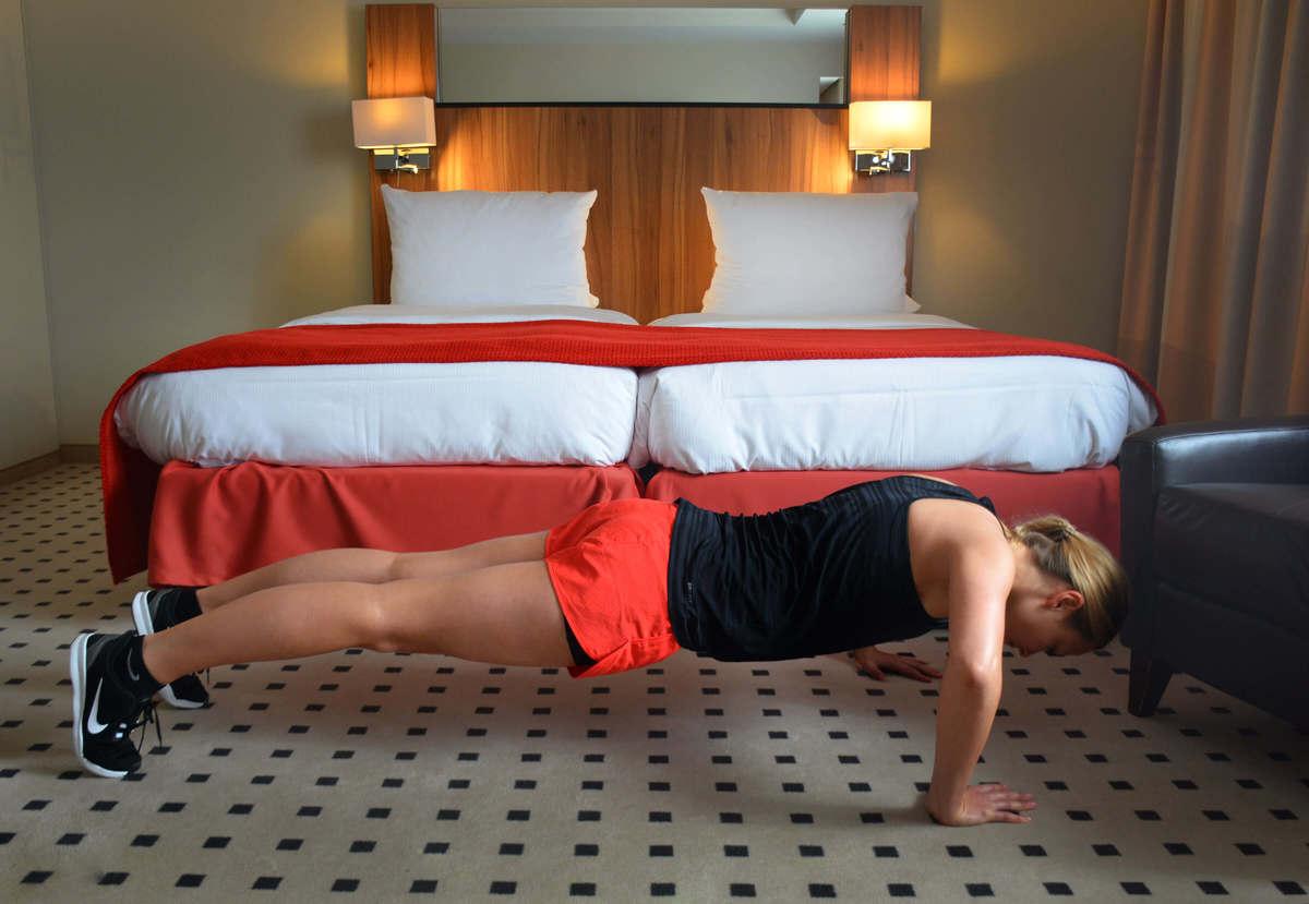 Julia trainiert im Hotelzimmer