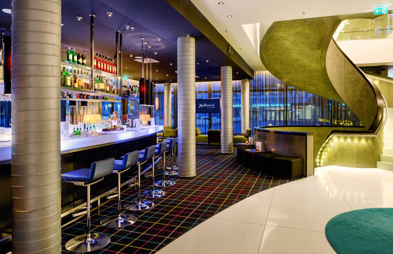 Die Hotelbar des Radisson Blu Hamburg.