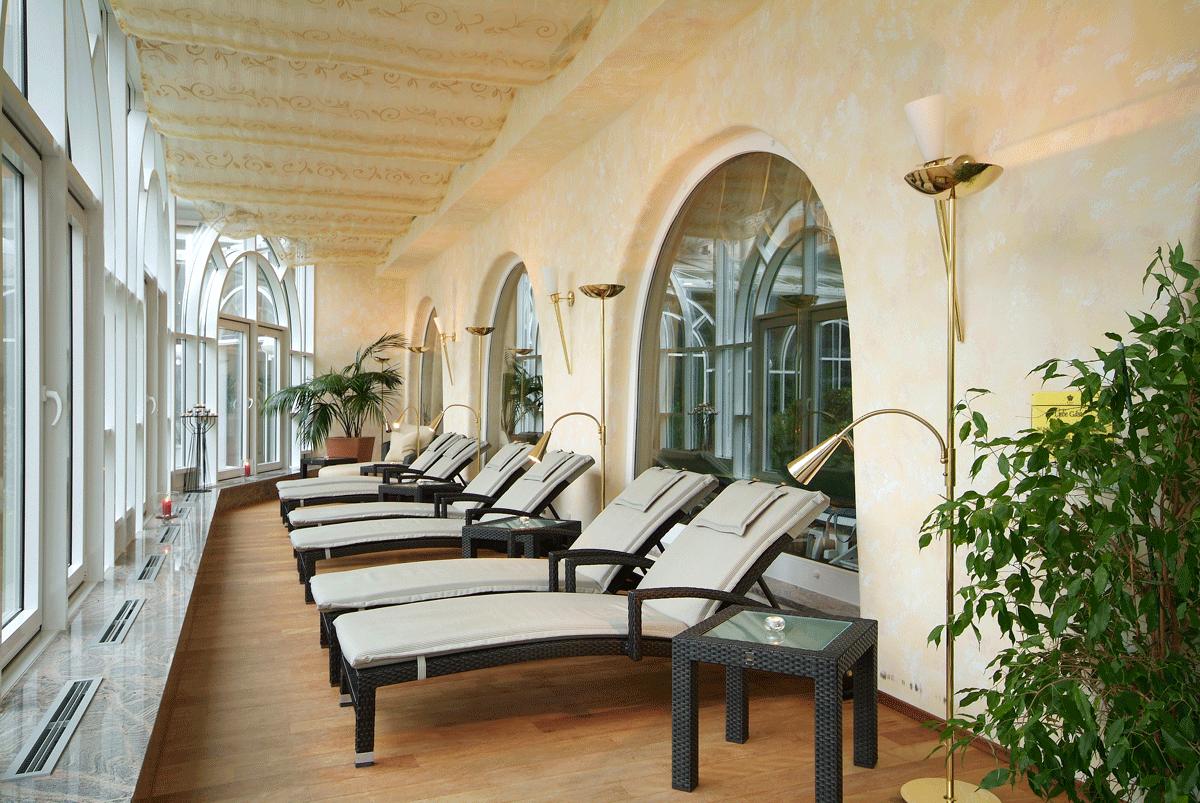 Liegestühle zum Relaxen im Ringhotel Krone Schnetzenhausen .