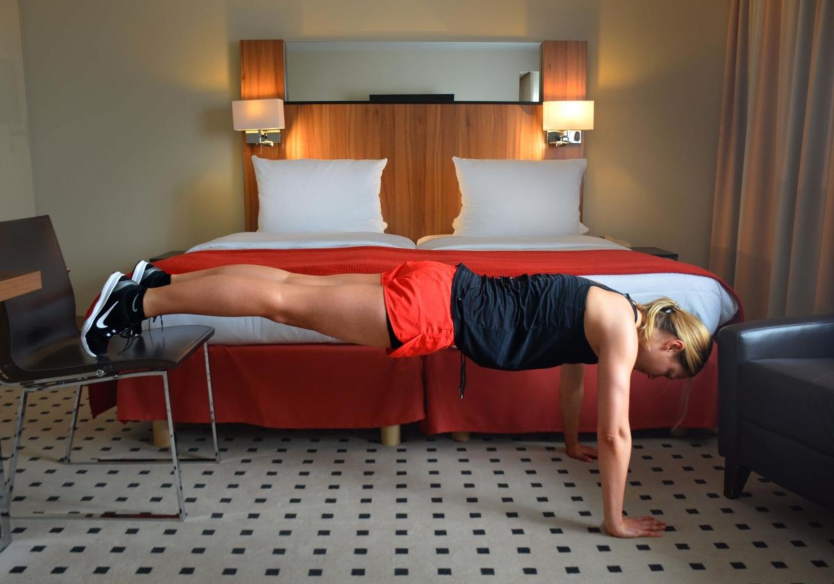 Julia trainiert im Hotel