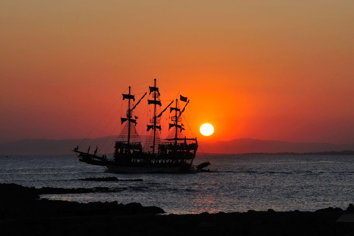 Schiff vorm Sonnenuntergang in Side Türkei