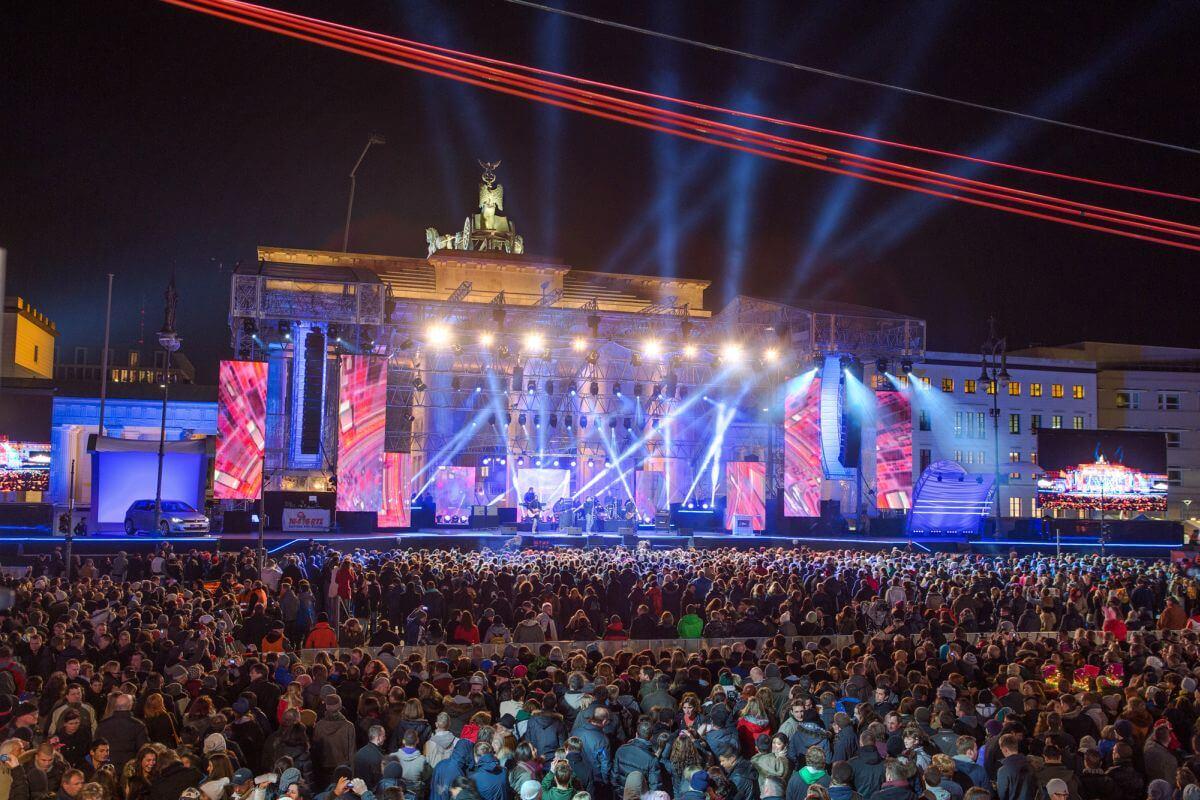 Neues Jahr in Berlin auf dem Pariser Platz vorm Brandenburger Tor