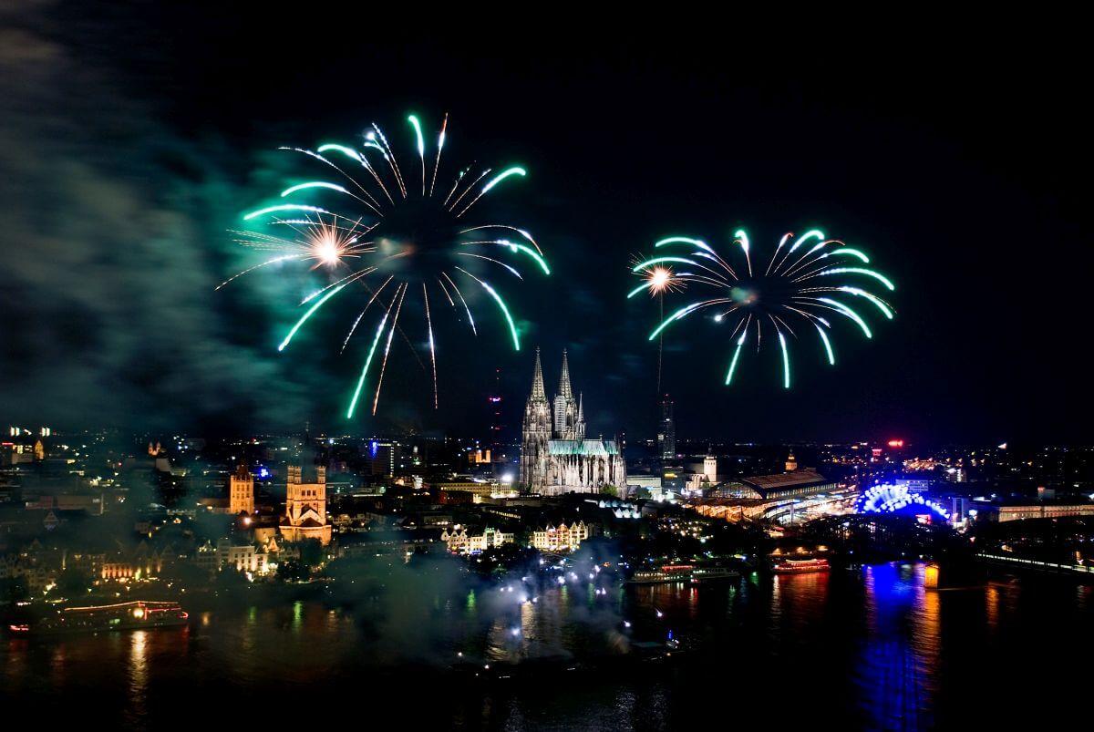 Neues Jahr in Köln: Feuerwerk über dem Kölner Dom