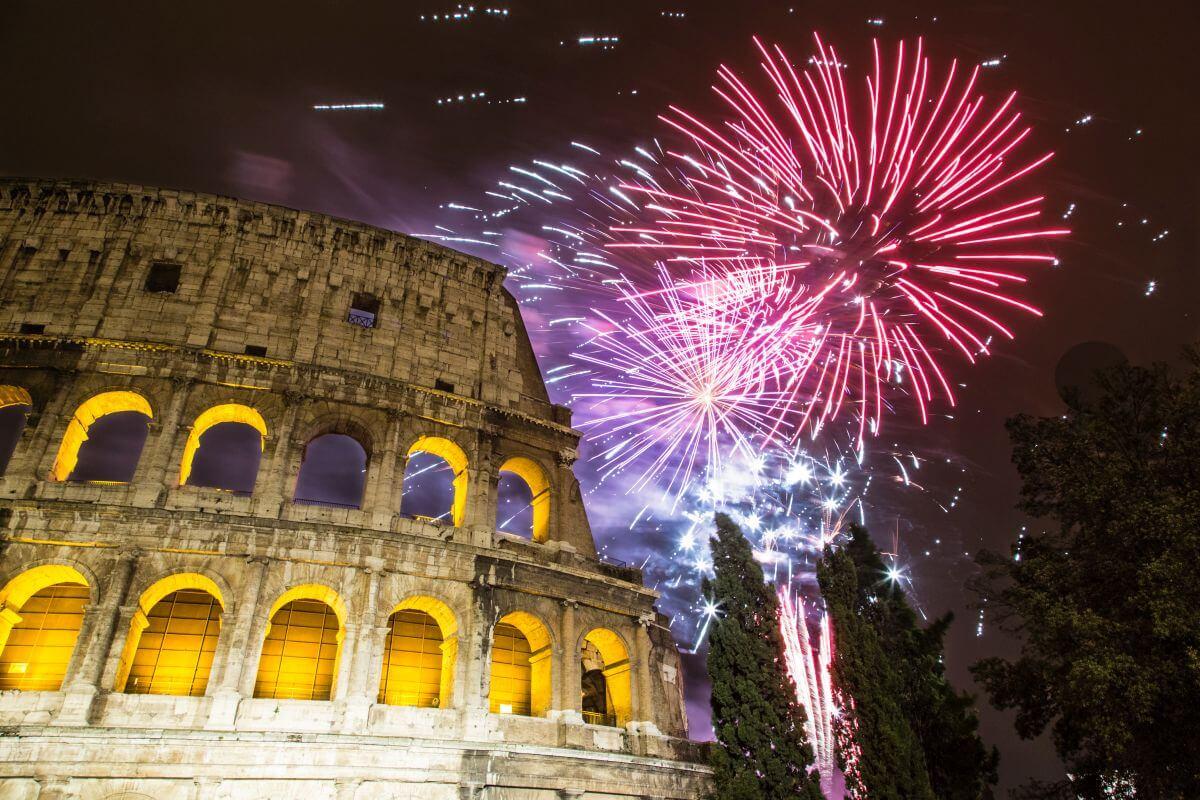 Feuerwerk über dem Kolosseum in Rom