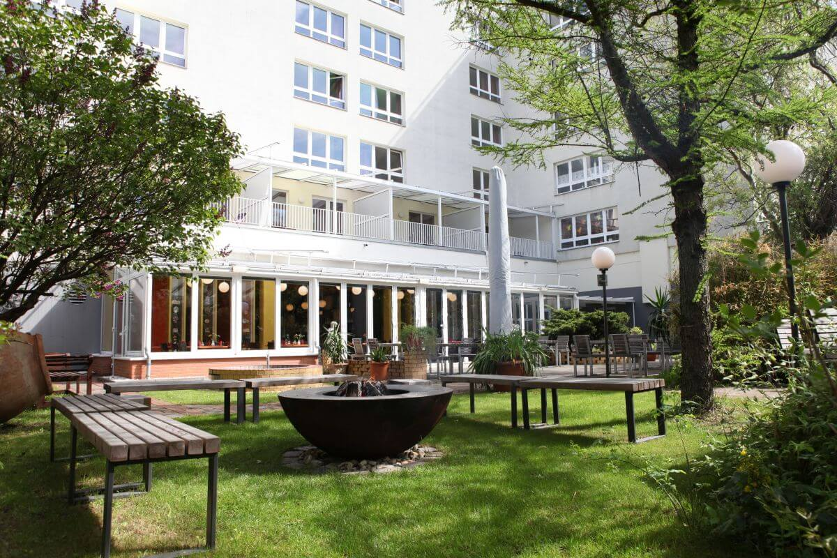 Der grüne Innenhof des Hotels