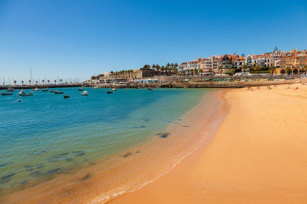 Der Strand von Cascais vor Lissabon