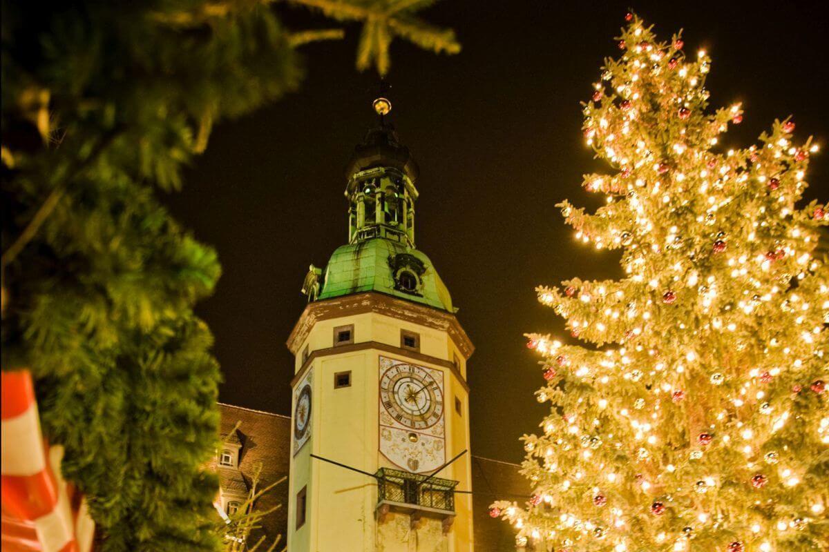 Kirche und Weihnachtsbaum